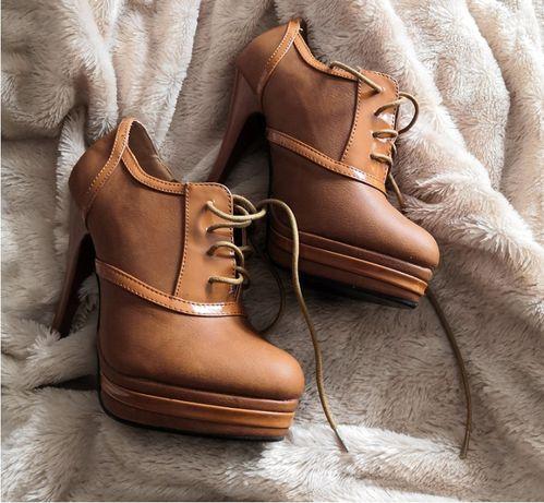 Wysokie, karmelowe buty