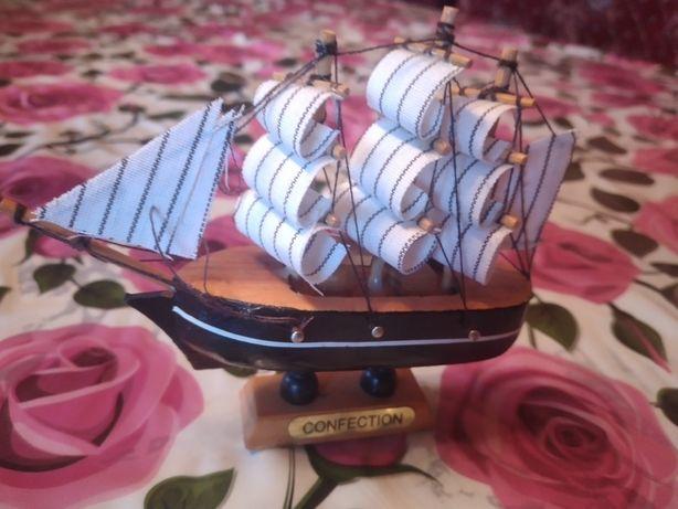 Сувенир корабль из дерева и ткани