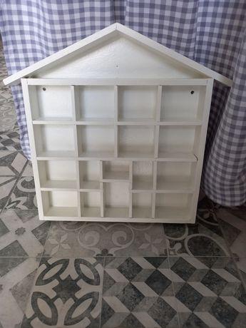 Domek drewniany na zabawki figurki