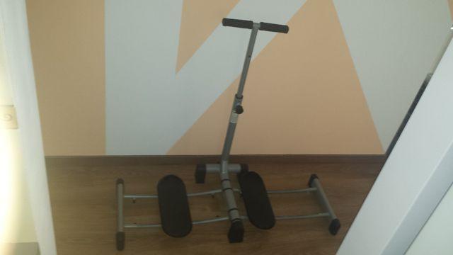 Przyrząd do ćwiczeń mięśni brzucha i nóg