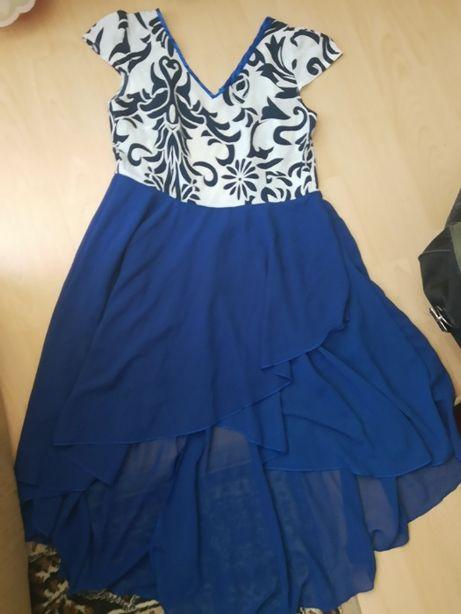 piękna sukienka dłuższy tył elegancka biała niebieska chabrowa