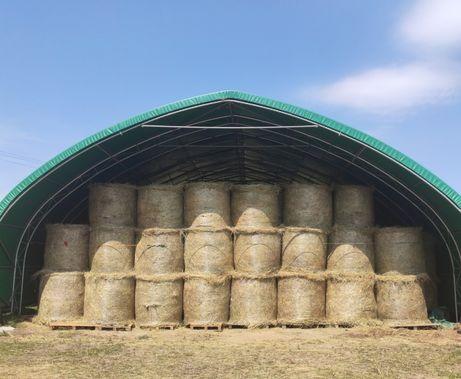 Siano łąkowe, składowane w hali