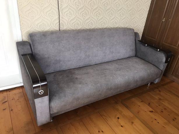 Гарний сірий диван
