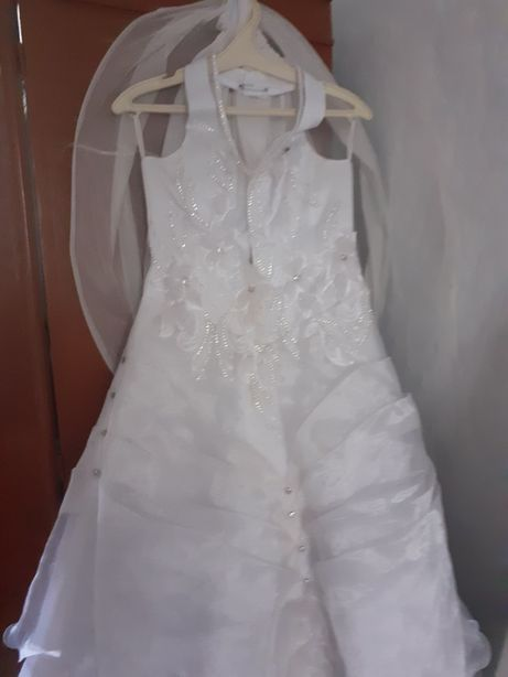 Продам красивое платье для свадьбы украшение камнями