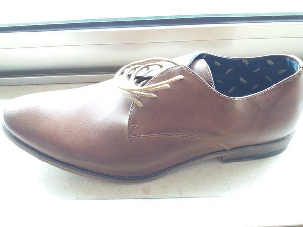 sapatos em pele usados uma vez
