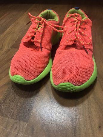 Яркие и крутые спортивные кроссовки для девочки !