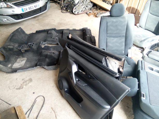 Wnętrze Nissan Xtrail fotele , kanapy, wykładzina