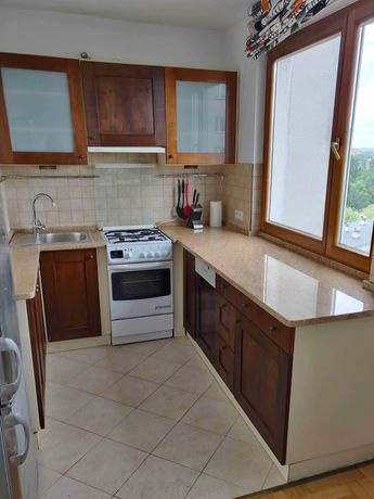 Meble kuchenne, szafki górne i dolne z drewnianymi frontami