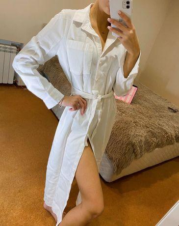 Белое платье-рубашка на пуговицах под пояс