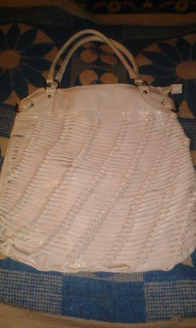Продам белую сумку вместительную удобную в хорошем состоянии!