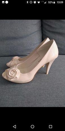 Perłowe kremowe buty ślubne z różyczką Umberto Vertucci 39