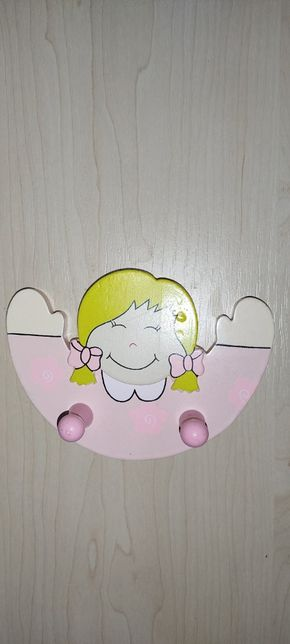 Вішалка дерев'яна на стіну ,для дівчинки.