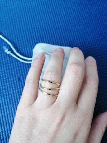 Oryginalny pierścionek w kolorze złotym.