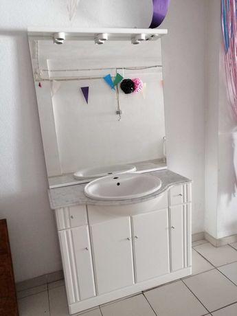 Móvel de casa de banho com lavatório e espelho