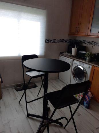 Mesa alta + 2 cadeiras altas