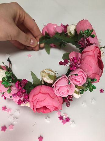 Віночок з рожевих півоній та троянд