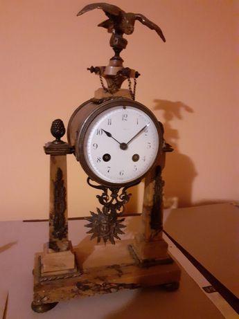 Stary zegar z brązu i marmuru.
