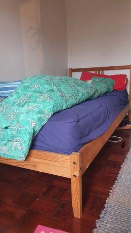 Cama individual de madeira + colchão.