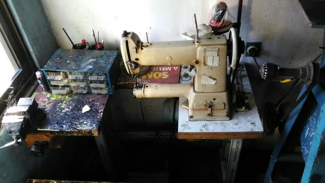 Máquina de costura e lixadora