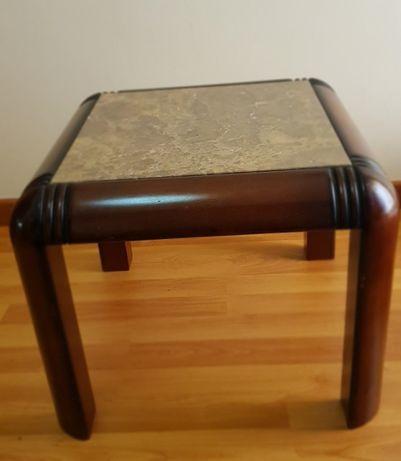 Mesa de madeira de centro com tampo em granito