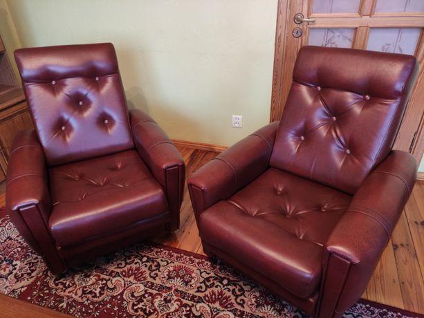 Fotele wypoczynkowe z ekologicznej skóry dwa fotele + dwie pufy