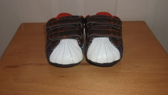 sapatilhas de bebé da marca Adidas
