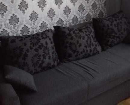 Szara wersalka, kanapa, tapczan z poduszkami - funkcja spania. 140x200