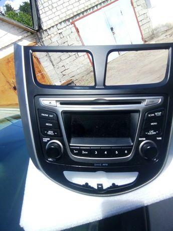 Продам оригинальную рамку магнитолы 2-din Huyndai Accent 2011-