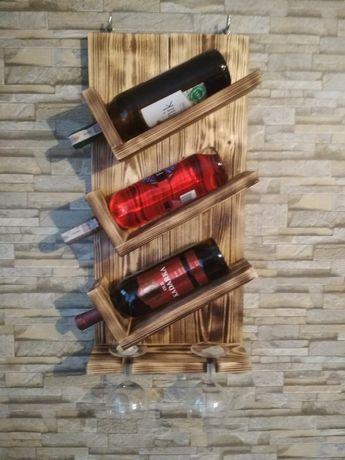 Stojak na wino z drewna opalanego