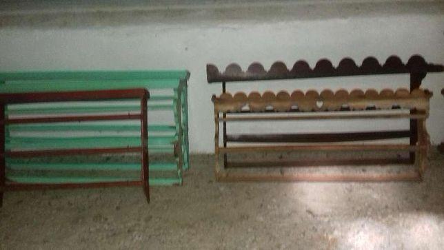 várias estantes sanefas, estanheiras ou escaparates para pratos