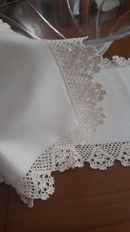 Pano de centro de mesa em tecido alinhado e bicos de crochet