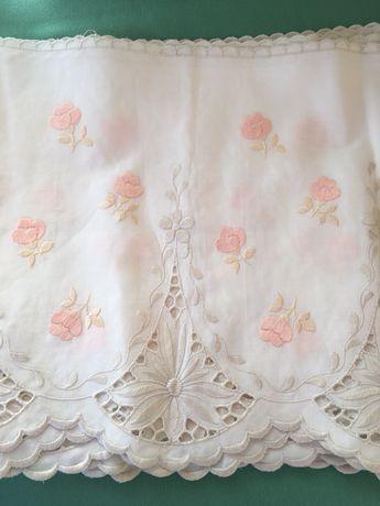 Renda branca com flores cor de rosa com 22 cm de largura