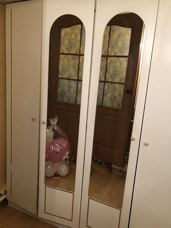 Продам шкаф на 4 двери с зеркалами