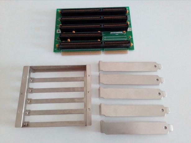 Placa com slots de expansão ISA, aberturas para slots e tampas