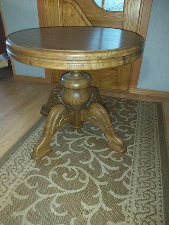 Журнальный стол из натурального дерева.