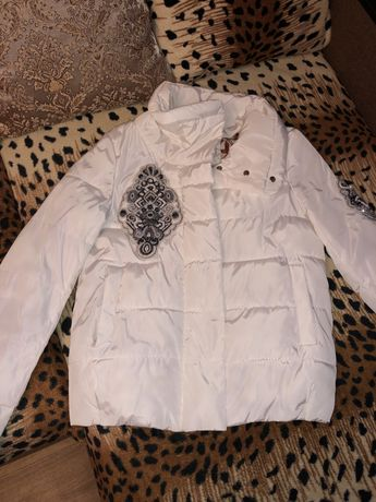 Женская осенняя куртка с вышивкой ручной работы
