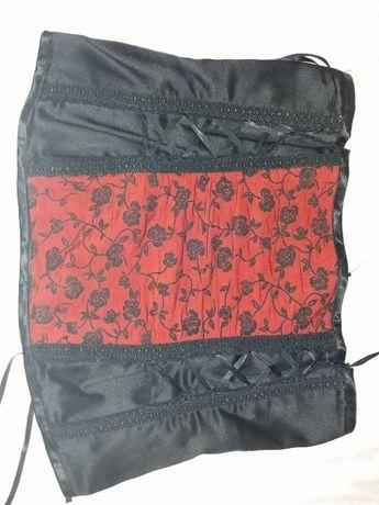Top preto e vermelho com atilhos da Darkdoll