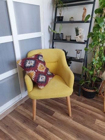 Żółty fotel na drewnianych nóżkach uszak Boho Eclectic