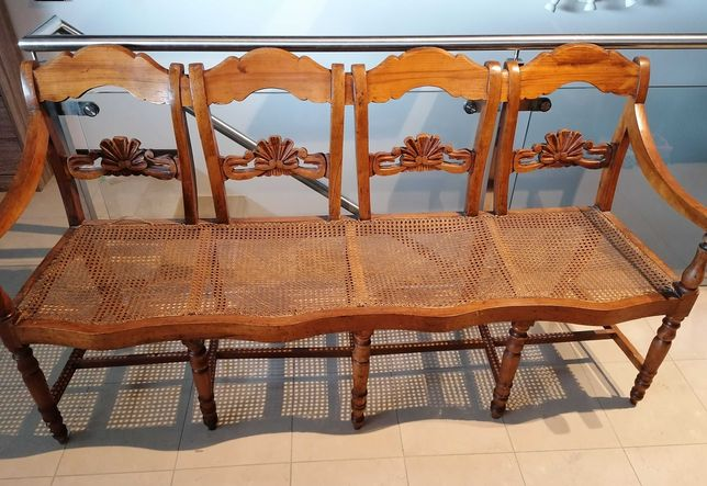 Canapé antigo, de 4 lugares, em madeira e com assentos em palhinha