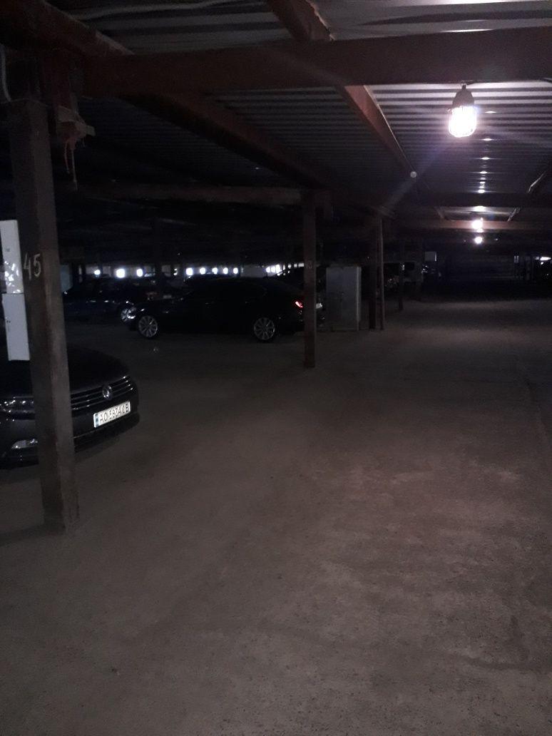 Продам 2 паркомісця,є резетки для електромобілів,вул.Б.Хмельницьког