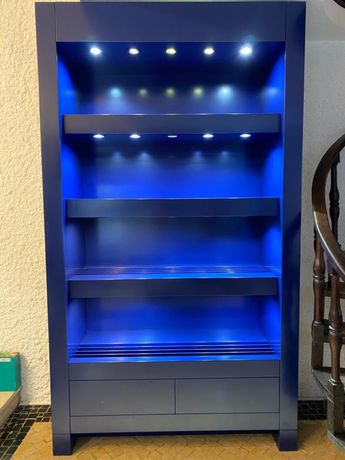 Movel lacado azul com iluminação