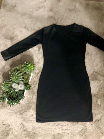 Czarna sukienka z koronkowym rękawem
