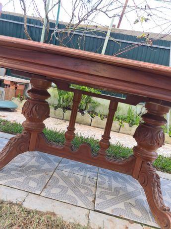 Mesa de jantar de madeira rústica