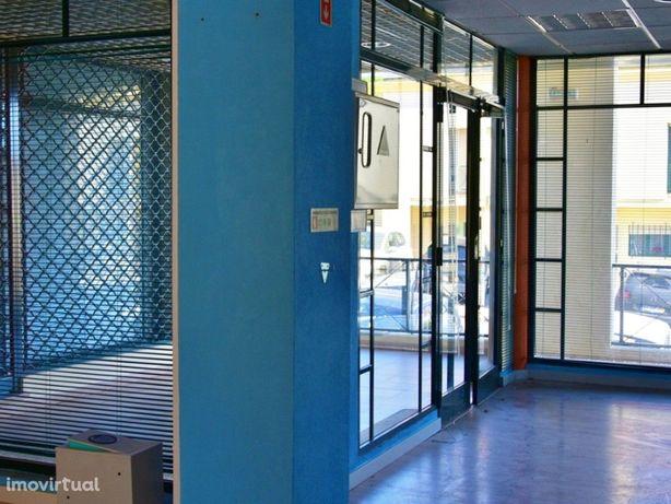 Loja para comércio, serviços ou escritório em Charneca-Ca...