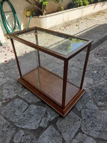 Vitrine antiga com duas prateleiras em vidro
