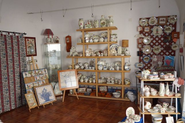 Peças artesanais: loiça, azulejos, cortiça, faiança, artesanato
