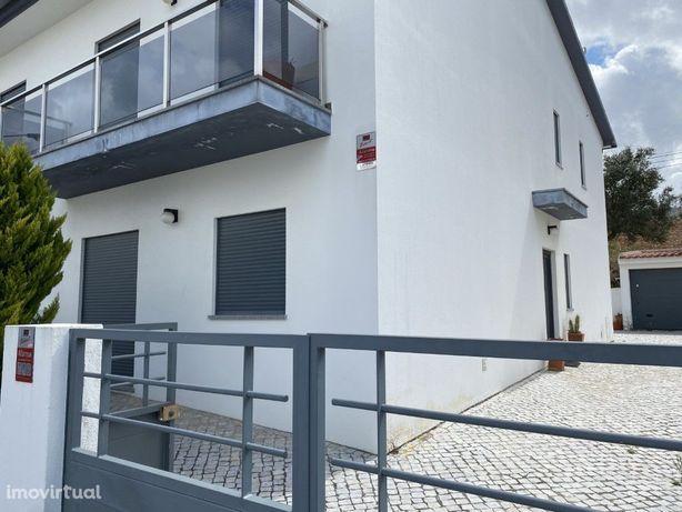 Moradia tipologia T3 com logradouro e garagem