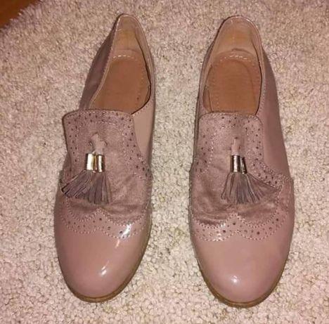 Sapatos de verniz nude