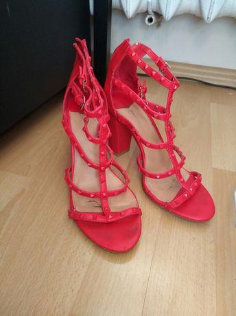Buty na koturnie r. 37 czerwone, Stradivarius
