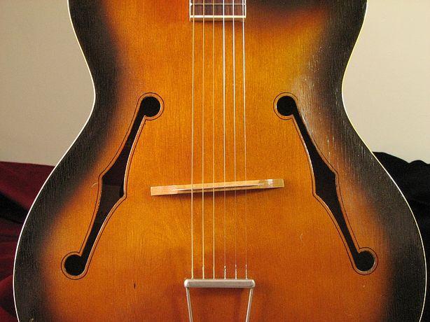 Gitara akustyczna typu jazzowego (hollow body). Defil jazz